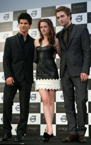 kristen-rob-and-taylor-tokyo