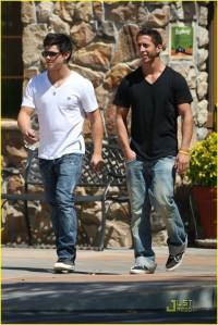 Taylor Lautner Olive Garden2