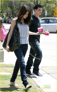 Selena and Taylor stop for some Froyo