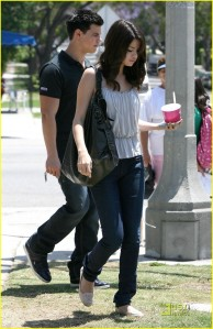 Selena and Taylor stop for some Froyo2
