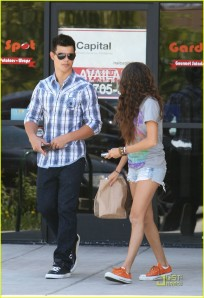 Taylor Lautner and Sara Hicks Chipotle2