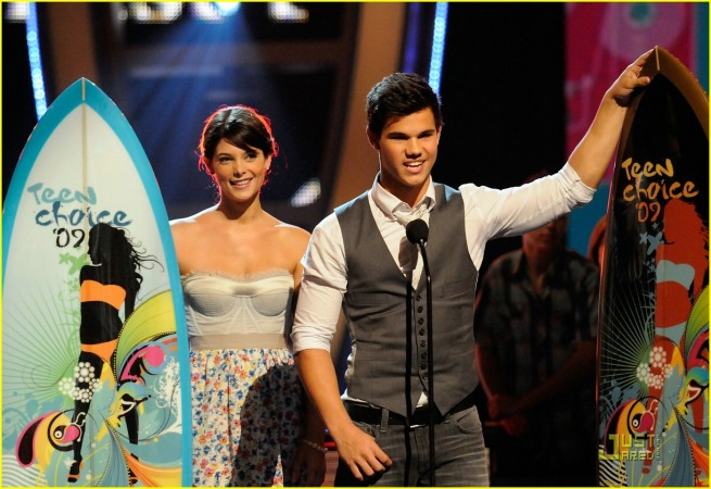 Taylor and Ashley Win an Award at the TCA