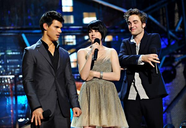 Taylor Kristen and Rob Present New Moon Trailer